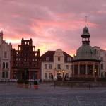 Wismar. Foto: Hansestadt Wismar/Volster. DerRaumjournalist_Ostsee_75_93 Marktplatz in Wismar